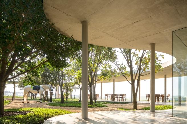 Equestrian architecture-Claudia Satrústegui-architecture-barn-stable-equestrian center-curves-design-Isay Weinfeld-curve-concrete-horse-Brazil-Porto Feliz-Photographs Fernando Guerra