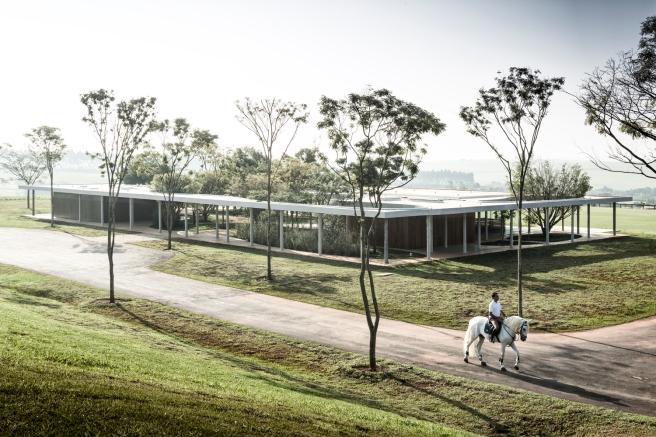 Equestrian architecture-Claudia Satrústegui-architecture-barn-stable-equestrian center-curves-happy horse-ridng-design-Isay Weinfeld-horse-Brazil-Porto Feliz-Photographs Fernando Guerra