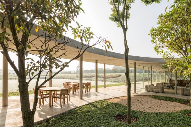 Equestrian architecture-Claudia Satrústegui-architecture-barn-stable-equestrian center-curves-parallel-design-Isay Weinfeld-horse-Brazil-Porto Feliz-Photographs Fernando Guerra